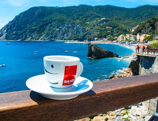 tazzina di caffè al vista cinque terre