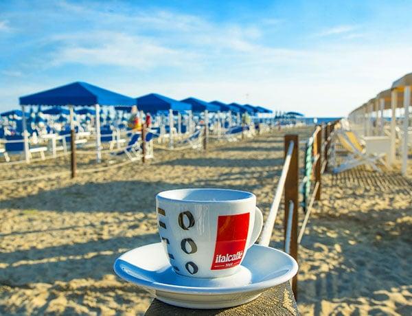 tazzina di caffè spiaggia versilia